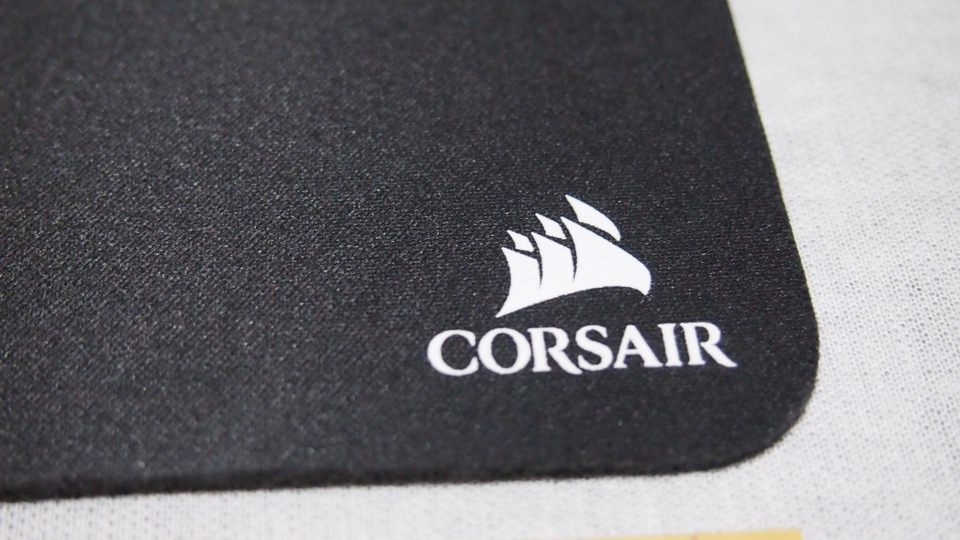 Corsair製のMM100の生地 表面